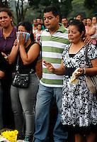 S&Atilde;O PAULO,SP 27 FEVEREIRO 2012 ENTERRO GAROTO JET SKY<br /> O Pais e Av&oacute; do garoto Mitchel de Carvalho que morreu no domingo em uma acidente de jet sky em uma represa dentro do Clube N&aacute;utico Tahit durante o enterro realizado na terde de hoje no cemiterio da vila formosa na zona leste.FOTO ALE VIANNA/BRAZIL PHOTO PRESS.