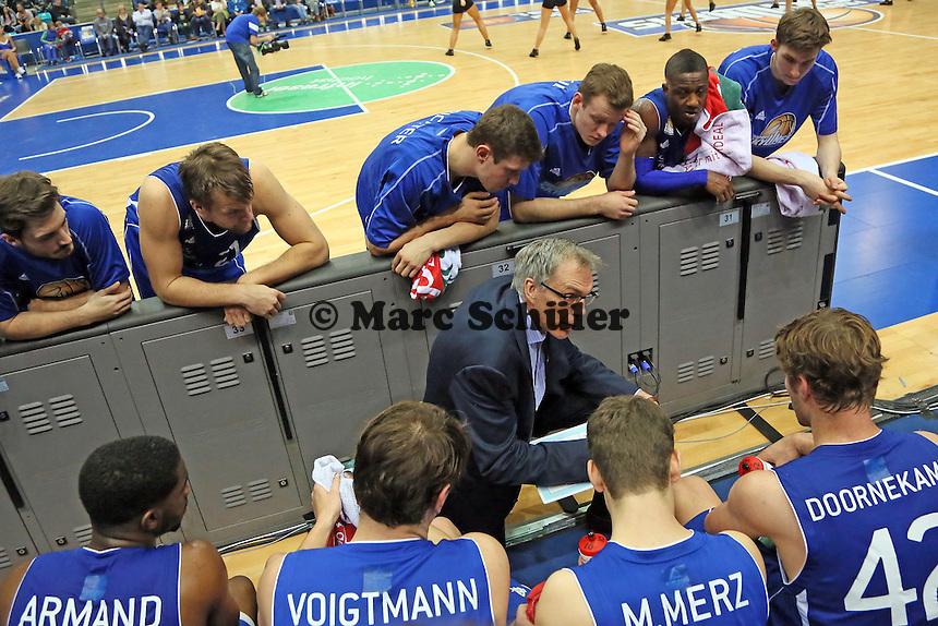 Trainer Gordon Herbert (Skyliners) gibt die Taktik vor - Fraport Skyliners vs. TBB Trier, Fraport Arena Frankfurt