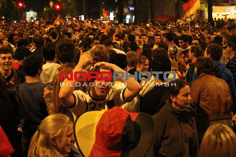 23.06.2010, Leopoldstrasse Schwabing, Muenchen, GER, FIFA Worldcup, Fanfeier nach Ghana vs Deutschland,  im Bild Fans, Foto: nph /  Straubmeier