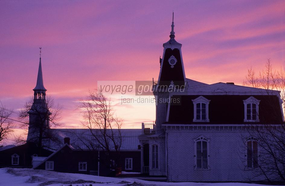 Amérique/Amérique du Nord/Canada/Quebec/Les Eboulements : Eglise et maison dans la lumière du soir