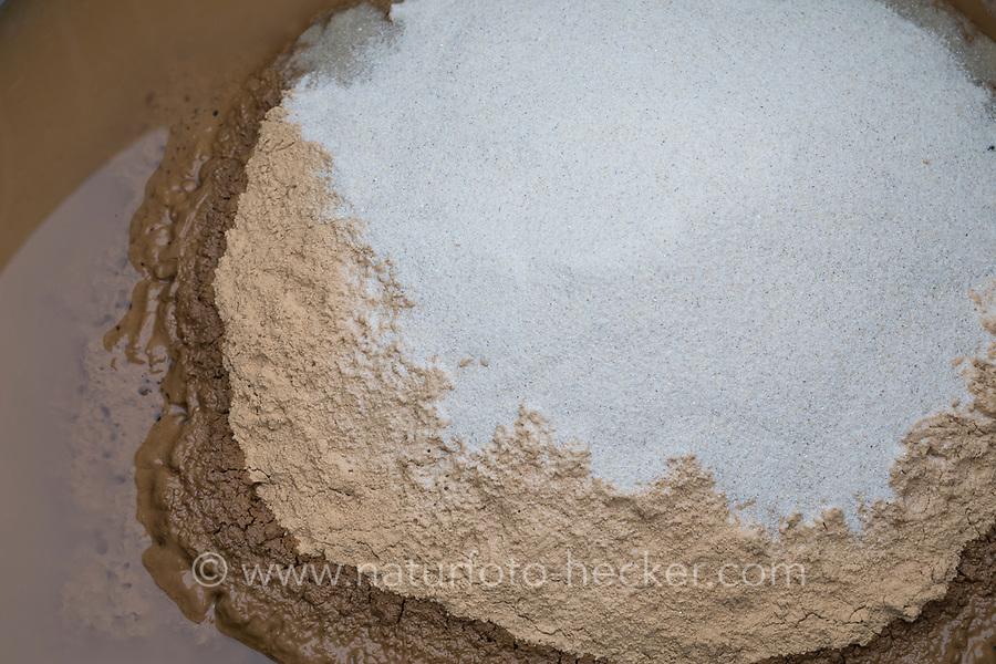 Wildbienen-Nisthilfe aus Lehm, Baulehm, Lehmputz. Schritt 1: Lehm wird mit Wasser und Sand gemischt und gut verrührt.  Wildbienen-Nisthilfen, Wildbienen-Nisthilfe selbermachen, selber machen, Wildbienenhotel, Insektenhotel, Wildbienen-Hotel, Insekten-Hotel