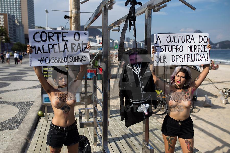 RIO DE JANEIRO, RJ, 19.12.2014 - PROTESTO CONTRA O DEPUTADO JAIR BOLSONARO - Bia Spring (e) e Sara Winter (d) , ativistas do movimento feminista Bastardxs, realizam um protesto contra o Deputado Bolsonaro e em solidariedade à Deputada Maria do Rosário e todas as vítimas de estupro e outros tipos de violência à mulher. O ato foi realizado na Praia de Copacabana, zona sul da cidade, nesta sexta-feira, 19. (Foto: Gustavo Serebrenick / Brazil Photo Press)
