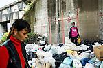 Febbraio 2008, una donna Rom e sua figlia, riciclano oggetti, tra cui giocattoli, in uno dei tanti cumuli di spazzatura abbandonata nelle strade