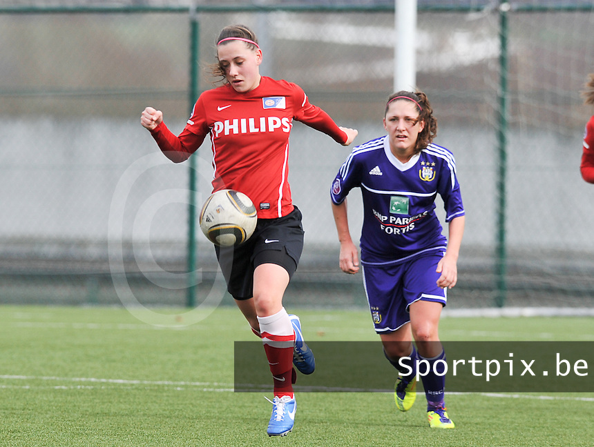 RSC Anderlecht Dames - PSV / FC Eindhoven : Melissa Evers aan de bal voor Laurence Marchal.foto David Catry / Vrouwenteam.be