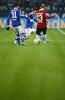 FUSSBALL   1. BUNDESLIGA   SAISON 2012/2013    18. SPIELTAG FC Schalke 04 - Hannover 96                           18.01.2013 Julian Draxler (li) und Christian Fuchs (Mitte, FC Schalke 04) gegen Jan Schlaudraff (re, Hannover 96)