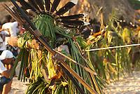 X JOGOS DOS POVOS INDÍGENAS <br /> Enawenê Nauê dançam o Yâkuan pedindo fartura de peixe, cobertos de palha com arcos e flexas.<br /> Liderança Enawene Nawe do Mato Grosso estimula suas guerreiras durante disputa de cabo de guerra.<br /> Os Jogos dos Povos Indígenas (JPI) chegam a sua décima edição. Neste ano 2009, que acontecem entre os dias 31 de outubro e 07 de novembro. A data escolhida obedece ao calendário lunar indígena. com participação  cerca de 1300 indígenas, de aproximadamente 35 etnias, vindas de todas as regiões brasileiras. <br /> Paragominas , Pará, Brasil.<br /> Foto Paulo Santos<br /> 05/11/2009