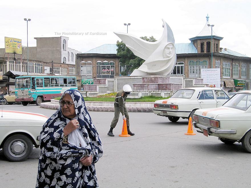 Iran 2004.Place de la Revolution ( place  Enquilab ) à Sanandaj.Iran 2004.Enqilab square in Sanandaj.<br /> .ئیران سالی 2004 ، مه یدانی ئینقلابی شاری سنه