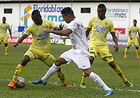 BUCARAMANGA-COLOMBIA-10-04-2016. Diego A. Amaya (Izq) jugador del Atlético Bucaramanga disputa el balón con Jonathan Lopera (Der) jugador de Once Caldas durante partido por la fecha 12 de la Liga Águila I 2016 jugado en el estadio Alfonso López de la ciudad de Bucaramanga./ Diego A. Amaya (L) player of Atletico Bucaramanga struggles the ball with Jonathan Lopera (R) player of Once Caldas during match for the date 12 of the Aguila League I 2016 played at Alfonso Lopez stadium in Bucaramanga city. Photo: VizzorImage / Duncan Bustamante / Cont