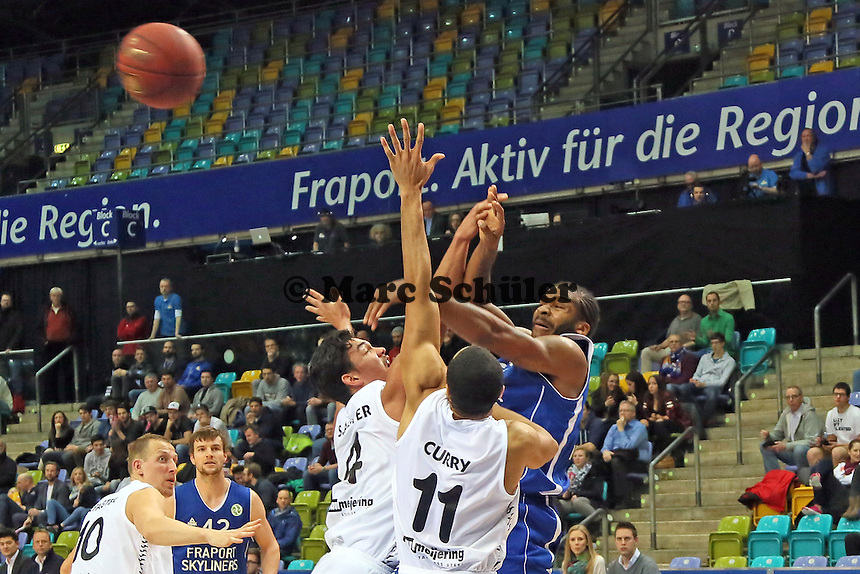 Quantez Robertson (Skyliners) unter Bedrängnis von Brandyn Curry und Arvin Slagter (Den Bosch) - Fraport Skyliners vs. Shooters Den Bosch, Fraport Arena Frankfurt