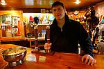 Barman du pub le plus austral du monde à la station de recherche Vernadsky (Ukraine) Croisière à bord du NordNorge. Péninsule Antarctique