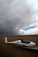 Flugplatz Moriarty: AMERIKA, VEREINIGTE STAATEN VON AMERIKA, NEW MEXICO,  (AMERICA, UNITED STATES OF AMERICA), 07.05.2011: 20. Jahrhundert, 20th century,  art, Aerial, Aerial image, Aerial photo, Aerial Photograph, Aerial Photography, Aerial picture, Aerial View, Aerial Views,  America, Amerika, Art, Aussen, Aussenansicht,  Bird eye, Blick von oben,  Country, Country-side, Countryside, Culture, Cultures, Draussen, Fine Art,  Form, From above,  Gegend,  Landscape, Landscapes, Landschaft, Landschaften,  Luftansicht, Luftaufnahme, Luftaufnahmen, Luftbild, Luftbilder, Luftbildfotografie, Luftbildfotografien, Luftbildphotografie, Luftbildphotografien, Luftfoto, Luftfotos, Luftphoto, Luftphotos, Neu, Neue, Neuer, Neues, New, new Mexico, new mexiko, Outdoor, Outdoor, Life Outdoor, view Outdoors, Outside, Outsides, Outward, Perspective, United States United States of America, USA, Vereinigte Staaten Vereinigte Staaten von Amerika, Vogelperspektive, Vogelperspektiven,  Wueste, Sand, sandig, oestlich des Rio Grande, Wueste,  USA, Vereinigte, Staaten, von Amerika, US, New Mexico, Mexiko, Wueste, trocken, vertrocknet, ausgetrocknet, Duerre, Landschaft, Landschaften, natur, Weite, endlos,   Flugzeug, Segelflugzeug, Technik, Fliegerei, fliegen, Flieger, Segelflug, Flugplatz Moriaty, Piste, Landebahn, CB, Cumuluninbus, Wolke, schwarze Wolke, ASH 26 E