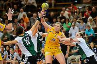 Karolina Kudlacz (HCL) am Ball gegen rechts Laura van der Heijden und links vorne Sabrina Neuendorf (beide VFL)