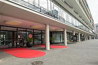 """Die Auswirkungen der Corona-Krise sind nach Inkrafttreten der Anordnung des Berliner Senats, wonach nur noch Versorgungsgeschaefte die fuer den taeglichen Bedarf notwendig sind geoeffnet sein duerfen (Lebensmittelgeschaefte, Apotheken, Drogerien, Zeitungsgeschaefte), im oeffentlichen Leben deutlich sichtbar.<br /> Im Bild: Die das geschlossene Einkaufszentrum """"Bikinihaus"""" in Berlin-Charlottenburg.<br /> 19.3.2020, Berlin<br /> Copyright: Christian-Ditsch.de<br /> [NUR FUER REDAKTIONELLE ZWECKE! Werbung nur auf Anfrage beim Fotografen. Inhaltsveraendernde Manipulation des Fotos nur nach ausdruecklicher Genehmigung des Fotografen. Vereinbarungen ueber Abtretung von Persoenlichkeitsrechten/Model Release der abgebildeten Person/Personen liegen nicht vor. NO MODEL RELEASE! Don't publish without copyright Christian-Ditsch.de, Veroeffentlichung nur mit Fotografennennung, sowie gegen Honorar, MwSt. und Beleg. Konto: I N G - D i B a, IBAN DE58500105175400192269, BIC INGDDEFFXXX, Kontakt: post@christian-ditsch.de<br /> Bei der Bearbeitung der Dateiinformationen darf die Urheberkennzeichnung in den EXIF- und  IPTC-Daten nicht entfernt werden, diese sind in digitalen Medien nach §95c UrhG rechtlich geschuetzt. Der Urhebervermerk wird gemaess §13 UrhG verlangt.]"""