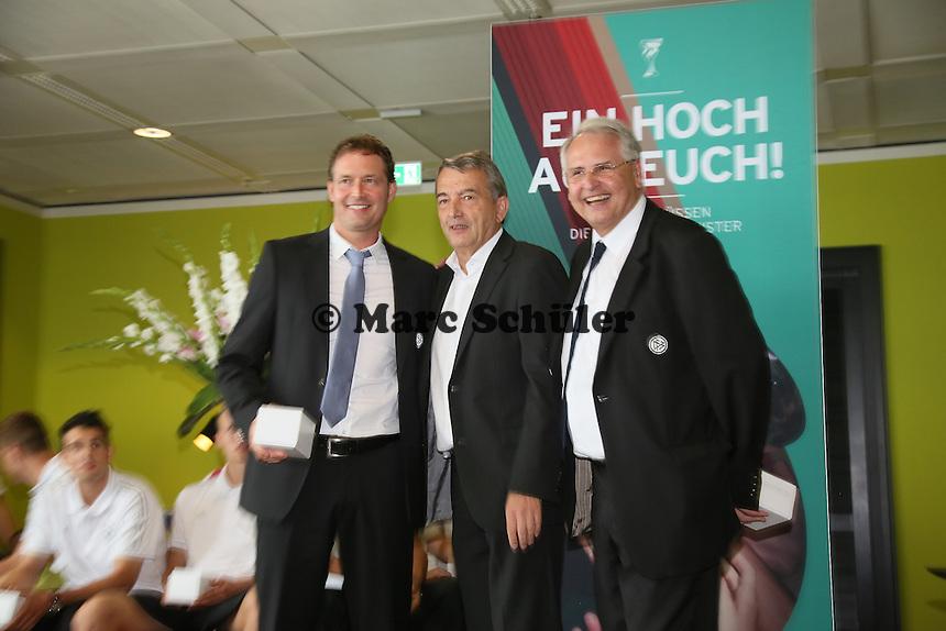 Trainer Markus Sorg mit DFB-Präsident Wolfgang Niersbach - Empfang der Deutschen U-19 Nationalmannschaft nach dem Europameistertiteil am Frankfurter Flughafen