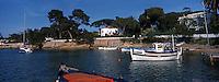 """France/06/Alpes Maritimes/ Cap d'Antibes: Bateaux de péches""""Pointus"""" et villas à la calanque de l'Olivette"""
