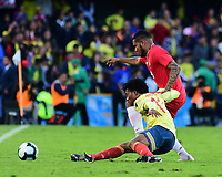 BOGOTA - COLOMBIA, 03-06-2019: Juan G Cuadrado jugador de Colombia disputa el balón con Eric Davis jugador de Panamá durante partido amistoso entre Colombia y Panamá jugado en el estadio El Campín en Bogotá, Colombia. / Juan G Cuadrado player of Colombia fights the ball with Eric Davis player of Panama during a friendly match between Colombia and Panama played at Estadio El Campin in Bogota, Colombia. Photo: VizzorImage / Nelson Rios / Cont