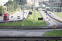 SÃO PAULO, SP, 01/05/2012, VOLTA FERIADO.<br /> <br />  Por enquanto a situação nas estradas paulistas é de tranquilidade, não existe lentidão no momento.<br />  Porém a tendencia é de aumento do trafego na parte da tarde.<br />  Na foto a Rodovia Anchieta .<br /> <br />  Luiz Guarnieri/ Brazil Photo Press
