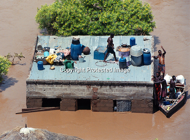 DIMOZAM00001.People struggle to stay on dry ground and save some possessions. Mozambique floods along the Limpopo river.  3/2000.© Per-Anders Pettersson/iAfrika Photos