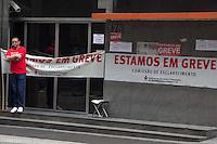 SÃO PAULO, SP, 06.10.2015- GREVE-BANCARIOS- Fachada do banco Itaú com cartazes de greve na rua Boa Vista, região central de São Paulo na manhã desta terça-feira, 6. A partir de terça 6, bancários de todo o país param por tempo indeterminado. A categoria pede reajuste salarial de 16% com piso de R$ 3.299,66, porém a Federação Nacional dos Bancos (Fenaban) apresentou uma proposta de reajuste salarial de 5,5%, com piso de R$ 1.321,26 a R$ 2.560,23. (Foto: Renato Mendes / Brazil Photo Press/Folhapress)