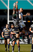 Photo: Richard Lane/Richard Lane Photography. Worcester Warriors v London Wasps. Guinness Premiership. 17/04/2010. Wasps' Tom Varndell reaches for a high ball as he is challenged by Warriors' Dale Rasmussen.