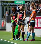 AMSTELVEEN  -  Kitty van Male (A'dam) met Leiah Brigitha (A'dam) .  Hoofdklasse hockey dames ,competitie, dames, Amsterdam-Groningen (9-0) .     COPYRIGHT KOEN SUYK