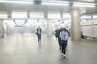 SÃO PAULO, SP,25 DE OUTUBRO DE 2013 - PROTESTO PASSE LIVRE - Usuários do Metro tentam se proteger do gás lacrimogênio, lançado pela polícia militar na praça da Sé, durante protesto do  Movimento Passe Livre, na noite desta sexta feira, 25, na região central da capital.   FOTO: ALEXANDRE MOREIRA / BRAZIL PHOTO PRESS