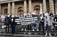 SAO PAULO, SP, 06 DE JUNHO 2013 - PROTESTO AUMENTO DE TARIFA DE ONIBUS - Manifestação contra o aumento das tarifas dos ônibus municipais de São Paulo, do Metrô e dos trens da CPTM (Companhia Paulista de Trens Metropolitanos), nesta quinta-feira (6), em frente ao Teatro Municipal, próximo ao metrô Anhagabaú e do terminal Bandeira. O evento é organizado pelo Movimento Passe Livre de São Paulo, que pretende reduzir o preço das passagens e, ao longo prazo, implantar a tarifa zero. FOTO: ADRIANO LIMA - BRAZIL PHOTO PRESS.