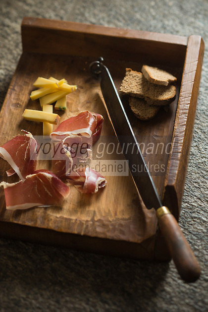 Italie, Val d'Aoste, Vallée du Grand-Saint-Bernard, Gignod:  Jambon de Bosses et son accompagnement, recette du chef Maurizio Grange du restaurant Locanda La Clusaz // Italy, Aosta Valley, Gran San Bernardo Valley, Gignod: Jambon de Bosses and its accompanying recipe chef Maurizio Grange restaurant Locanda La Clusaz