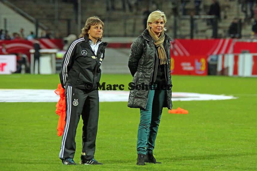 Bundestrainerin Silvia Neid und Co-Trainerin Ulrike Ballweg - Deutschland vs. Kroatien, WM-Qualifikation, Frankfurter Volksbank Stadion