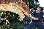 Foto: VidiPhoto<br /> <br /> ARNHEM &ndash; Medewerkers van Burgers&rsquo; Zoo in Arnhem tonen woensdag hoe &lsquo;levensecht&rsquo; de replica&rsquo;s zijn van de dinosauri&euml;rs die op dit moment door het hele park geplaatst worden. Vanaf dit weekend staan 50 van deze monsters, de langste is 12 meter, door het hele park verspreid om al brullend en bewegend bezoekers de stuipen op het lijf te jagen. Voor Burgers&rsquo; is het niet slechts &lsquo;plat&rsquo; vermaak, maar het park wil informeren over de opvallende overeenkomsten tussen vogels en reptielen van nu en dinosauri&euml;rs van vroeger. De &lsquo;educatieve&rsquo; dino&rsquo;s blijven zeker een maand lang staan.