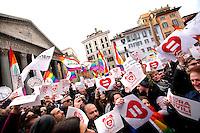 Panoramica della piazza durante il flash mo' nel quale tutti hanno alzato cartelli e bandiere<br /> Roma 23-01-2016 Pantheon. Manifestazione per il riconoscimento dei diritti civili, a sostegno del disegno di legge a favore di tutte le famiglie di fatto dal titolo 'Svegliati Italia'.<br /> Photo Samantha Zucchi Insidefoto