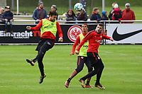 Kopfball Marco Russ (Eintracht Frankfurt) gegen Timothy Chandler (Eintracht Frankfurt) und Ante Rebic (Eintracht Frankfurt) - 10.10.2017: Eintracht Frankfurt Training, Commerzbank Arena