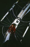 """Première Route du Rhum, 1978. Alain Colas sur Manureva, ex-Pen Duick IV, surnommé """"La Pieuvre"""" ou """"l'araignée d'aluminium"""". Encore plus flagrant du haut du mat !"""