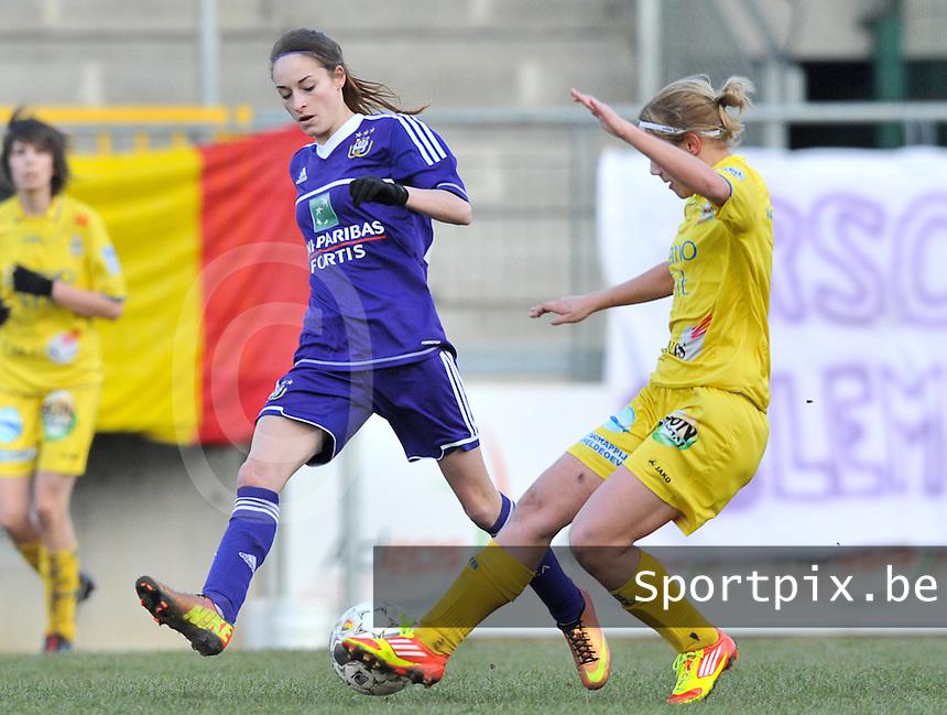 Waasland Beveren Sinaai Girls - RSC Anderlecht : Tessa Wullaert aan de bal voor Stephanie Ehlen (rechts).foto DAVID CATRY / Nikonpro.be