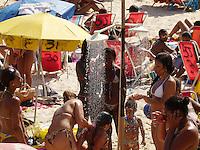 ATENÇÃO EDITOR  FOTO EMBARGADA PARA VEÍCULOS INTERNACIONAIS - RIO DE JANEIRO, RJ 08 DE DEZEMBRO 2012.  CLIMA TEMPO MOIVIMENTAÇÃO NA PRAIA DE IPANEMA..Nesta manhã e tarde de sabado (08) uma grande movimentação de banhista lota a orla da praia de IPANEMA na cidade fluminense..FOTO RONALDO BRANDAO / BRAZIL PHOTO PRESS
