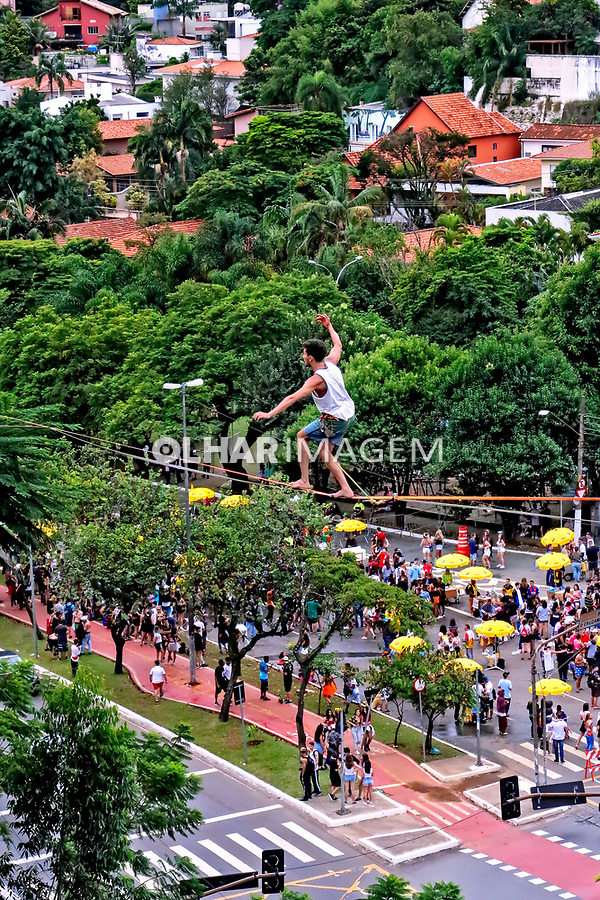Equilibrio na corda bamba, slackline. Avenida Sumare, Sao Paulo. 2020. Foto Juca Martins.