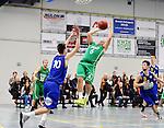 2015-10-31 / Basketbal / seizoen 2015-2016 / Oxaco - Gistel Oostende / Vanderhaegen (10) met Tom Van Hoey die probeert te scoren voor Oxaco<br /><br />Foto: Mpics.be