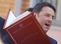Matteo Renzi in visita Napoli incintra i bambini di una scuola di secondigliano<br /> nella foto con ina copia della costituzione