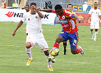 PASTO -COLOMBIA, 23-02-2014. Mauricio Mina(Der) del Deportivo Pasto disputa el balón con Frank Fabra (Izq) de Envigado FC por la fecha 7 Liga Postobón I 2014 jugado en el estadio La Libertad de Pasto./ Mauricio Mina (R) of Deportivo Pasto vies for the ball with Frank Fabra (L) of Envigado FC for the 7th date of Postobon  League I 2014 played at La Libertad stadium in Pasto. Photo: VizzorImage / Leonardo Castro / STR