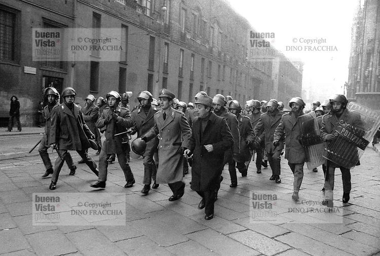 - clashes between young people of the radical groups of left and police in Duomo square (Milan, 1976)<br /> <br /> - scontri fra giovani dei gruppi di estrema sinistra e polizia in piazza del Duomo (Milano, 1976)
