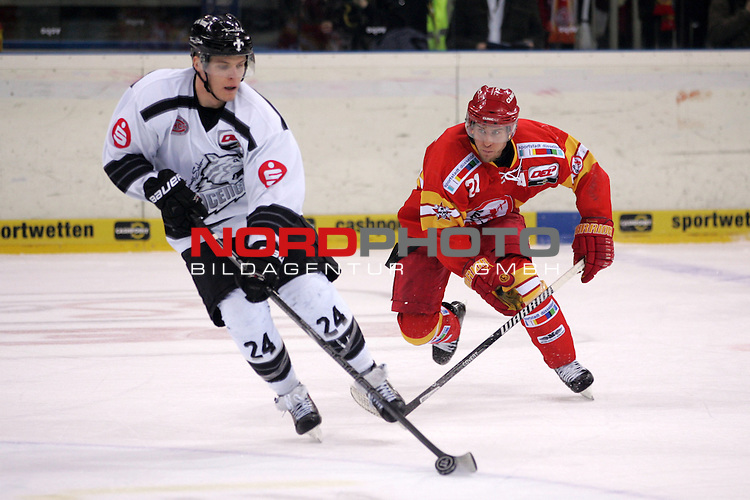 28.12.2013, ISS Dome, Duesseldorf, GER, DEL, Duesseldorfer EG vs Thomas Sabo Ice Tigers, Justin Bostrom (DEG #21) gegen Marcus Weber (Ice Tigers #24)<br /> <br /> <br /> Foto &copy; nordphoto / Herbst