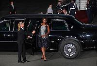 """Berlin, die Frau des US-amerikanischen Praesidenten Barack Obama (2.v.r), Michelle Obama (M.), steigt am Mittwoch (19.06.13) auf dem Flughafen Tegel in Berlin nach dem Staatsbesuch in Deutschland aus der auch """"The Beast"""" genannten Praesidentenlimousine, um zum Flugzeug des Praesidenten zu gehen. Foto: Georg Hilgemann/CommonLens"""