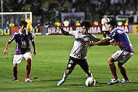 ATENÇÃO EDITOR: FOTO EMBARGADA PARA VEÍCULOS INTERNACIONAIS SÃO PAULO,SP,20 OUTUBRO 2012 - CAMPEONATO BRASILEIRO - CORINTHIANS x BAHIA - jogador do Corinthians durante partida Corinthians x Bahia válido pela 32º rodada do Campeonato Brasileiro no Estádio Paulo Machado de Carvalho (Pacaembu), na região oeste da capital paulista na tarde deste domingo (32).(FOTO: ALE VIANNA -BRAZIL PHOTO PRESS).