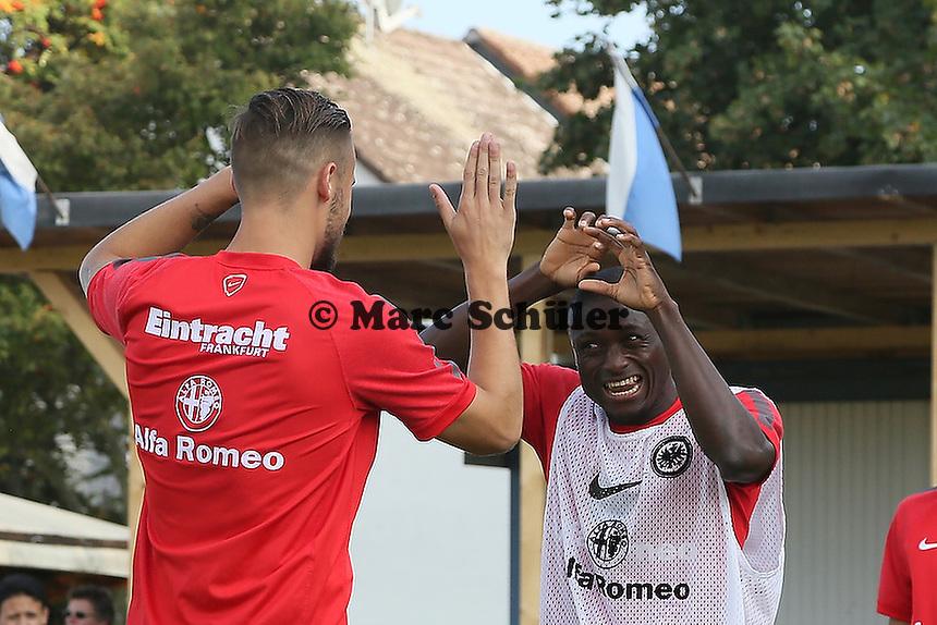 Haris Seferovic mit Constant Djakpa (Eintracht) - VfB Unterliederbach vs. Eintracht Frankfurt