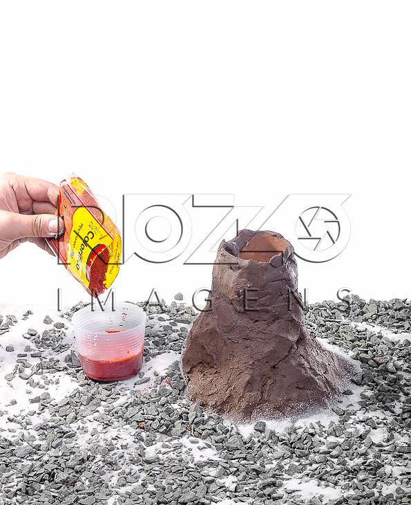 Misturando o colorau com o vinagre para jogar na cratera do vulcão, São Paulo - SP, 10/2012.