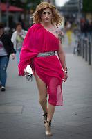 Berlin, Ein Transvestit Model geht am Freitag (10.05.13) in Berlin im Vorfeld eines Drag-Queen Castings im Friedrichstadt-Palast eine Strasse entlang. Foto: Timur Emek/CommonLens