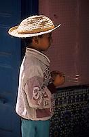 Afrique/Maghreb/Maroc/Essaouira : Enfant travaillant dans un atlier de tissage dans la Médina