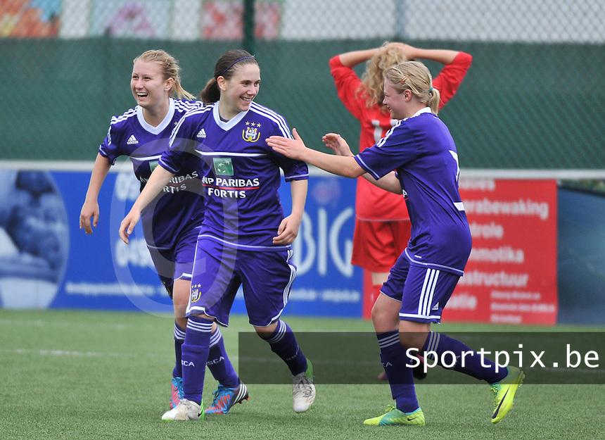 AA Gent Ladies U16 - RSC Anderlecht : Shauny Polfliet scoort de 2-1 voor Anderlecht en viert dit met Elien De Smedt (links) en Mathilde Quievy (r).foto DAVID CATRY / Nikonpro.be