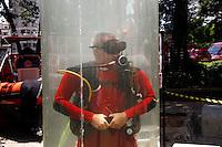 SAO PAULO, SP, 09 DE MARCO DE 2012 - SOLENIDADE DIA DO BOMBEIRO -Simulacao aquatica durante Solenidade comemorativa ao Dia do Bombeiro Brasileiro, na Praca da Se na regiao central da capital paulista, nesta sexta-feira, 09. (FOTO: VANESSA CARVALHO / BRAZIL PHOTO PRESS).