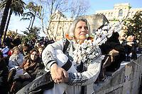 """Roma, 8 Marzo 2011.Piazza Vittorio.Manifestazione """"se non ora quando?""""per la dignità delle donne.Nella foto donna con ramo di fiori bianchi"""